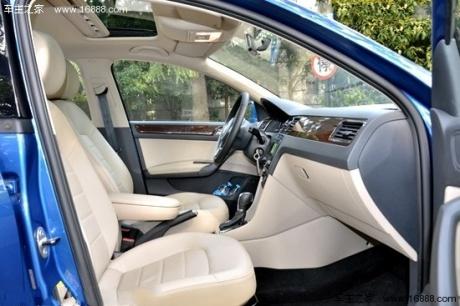 全新桑塔纳配备有climatronic自动恒温空调,前排座椅加热,后视镜加热