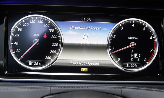 外观方面,保时捷新款Panamera车型在基于现款车型基础上加以小范围改动,相比之下,改动较多的就在于前脸部分,前大灯的轮廓造型有所修改,前保险杠也采用家族最新的造型。车身侧面并无变化。而尾部,后挡风玻璃轮廓更加修长。  动力方面,新车将搭载全新的3.0L V6双涡轮增压发动机,取代了现款的4.