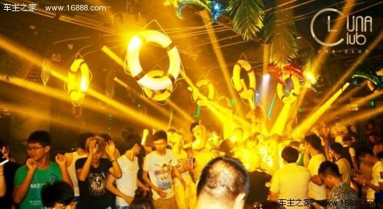 于是,文峰奔驰便携手南通nua酒吧举办了一场盛大的比基尼派对,为即将